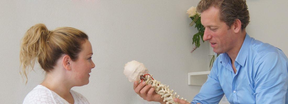 De osteopaat richt zich bij de behandeling van een hernia op de vermindering van de druk op de zenuw en het bevorderen van de doorbloeding.
