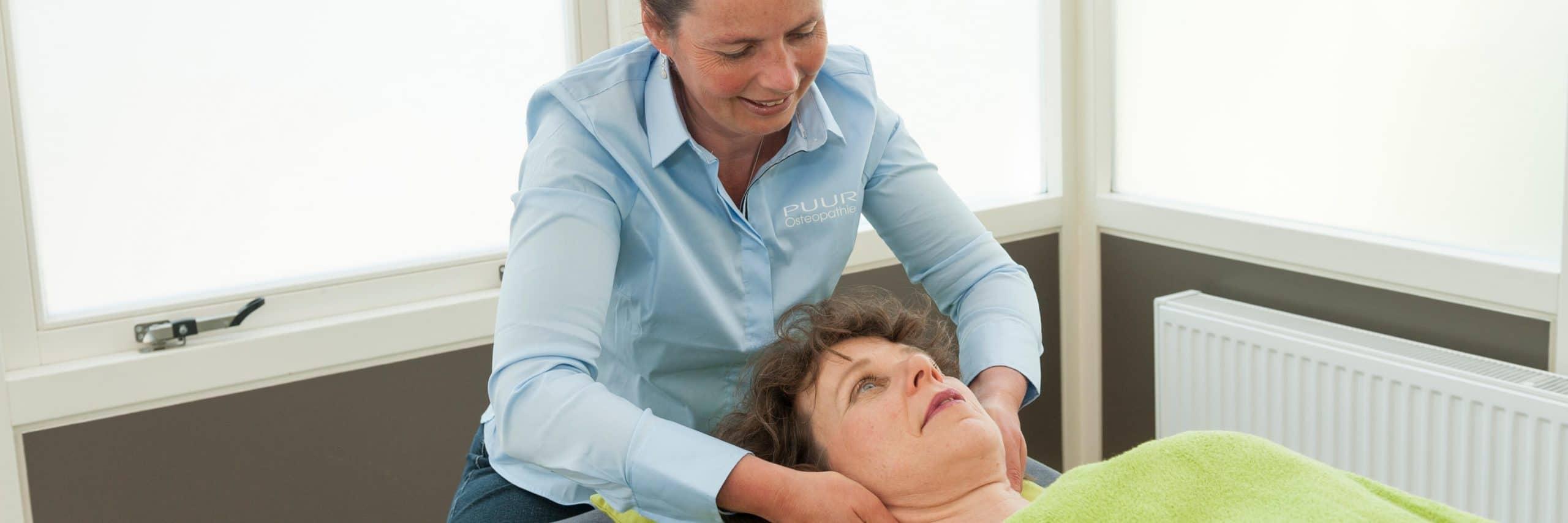 Iedere vrouw ervaart wel eens pijnlijke borsten. Dit kan rondom je menstruatie zijn als gevolg van hormonen of door zwangerschap waardoor de borsten ineens veel gevoeliger zijn.